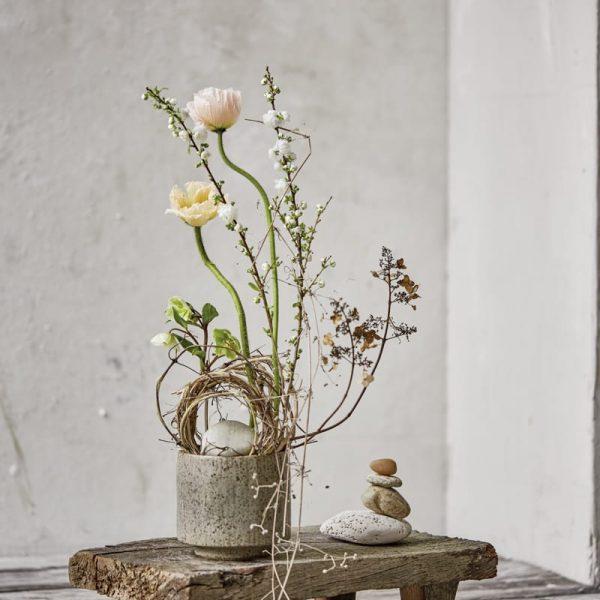 Steckigel Arrangement auf winzigem minimalistischem Tisch