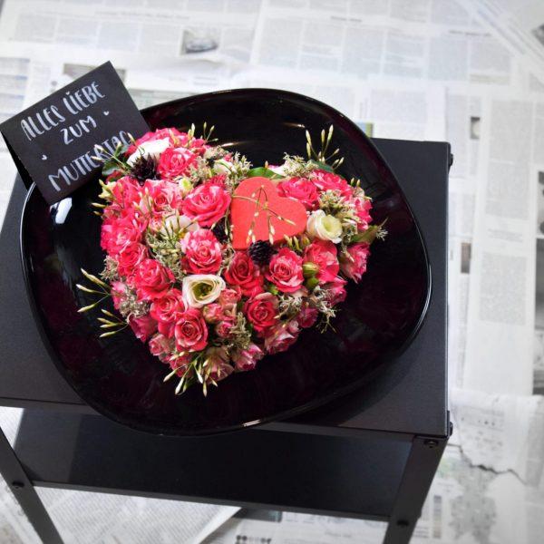 Zum Muttertag Der Blütenwald geschmücktes Herz mit Rosen