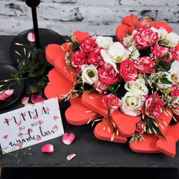 Muttertag Der Blütenwald Floral Design Detailaufname rosarot geschmücktes Steckschaum-Herz & Kärtchen