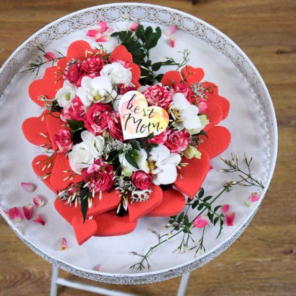Muttertag Der Blütenwald rosa geschmücktes Herz auf weißem Tisch aus der Vogelperspektive