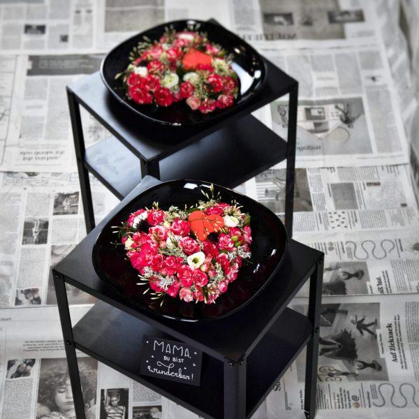 Muttertag Der Blütenwald Floral Design rosarot geschmückte Herzen auf 2-stöckiger Tisch Herz