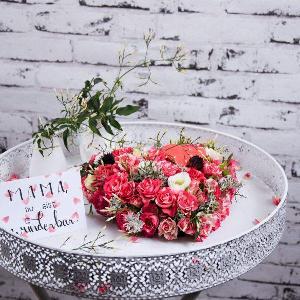 Muttertag Der Blütenwald rosa geschmücktes Herz auf Weißem Tisch
