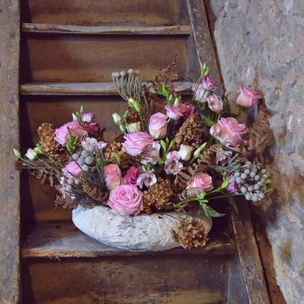 biobasierter Steckschaum rosa Gesteck auf Treppe