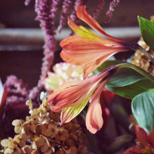 biobasierter Steckschaum closeup orangene Blüten