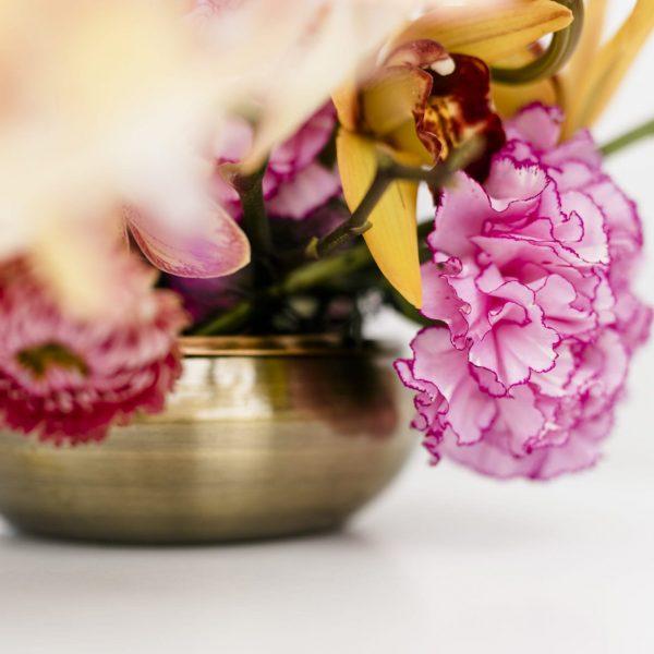 Blumen arrangieren ohne Steckschaum Metallvase